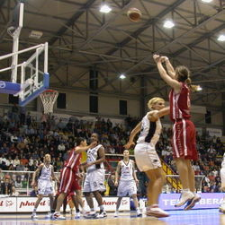 Sara Giauro shoots a three-point shot, FIBA Europe Cup for Women Finals 2005